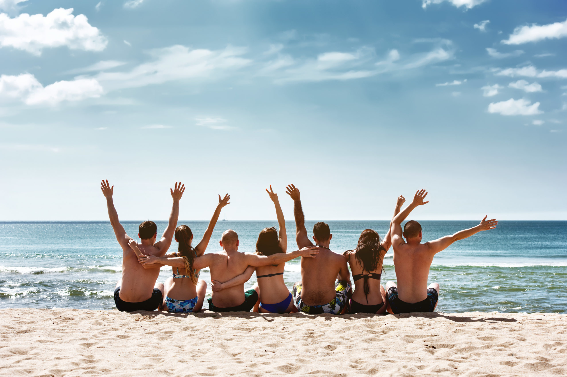 Kinder sitzen am Strand