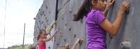 Mädchen beim Bouldern an der Wand