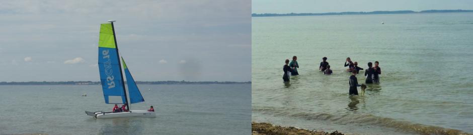 Segelboot im Meer und Kinder planschen im Wasser