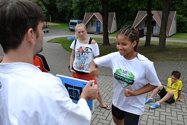 Mädchen lernt den richigen Faustschlag im Kampfsportcamp