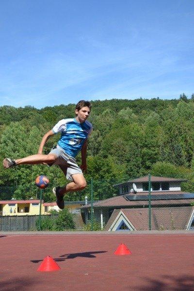 Wachse über dich hinaus und erlerne im Handball Training coole Tricks