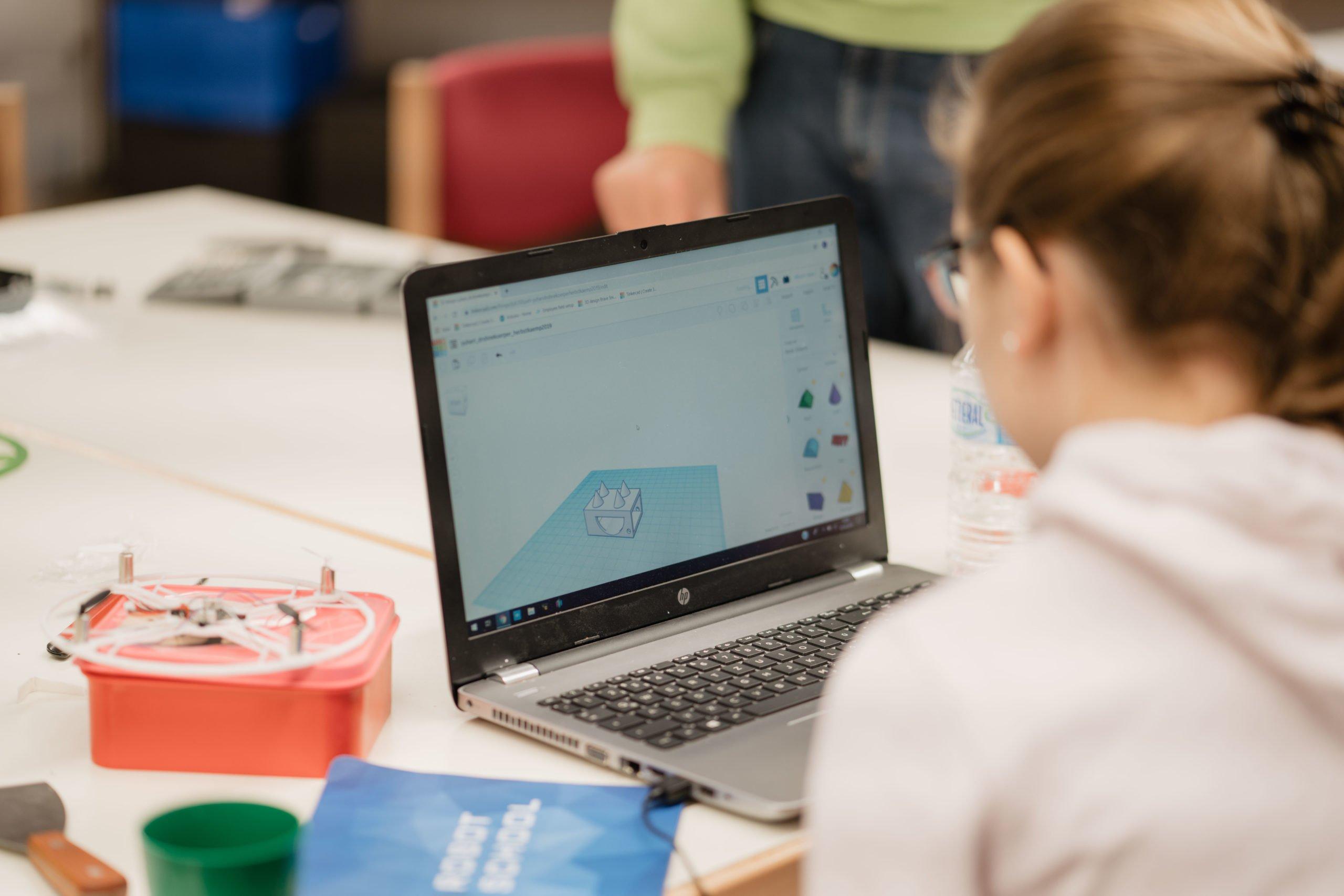 Mädchen vor Computer