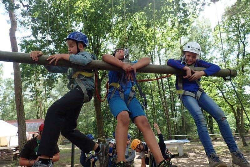 Kinder klettern im Kletterwald