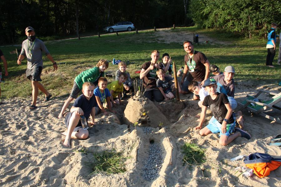 Kinder spielen im Sand