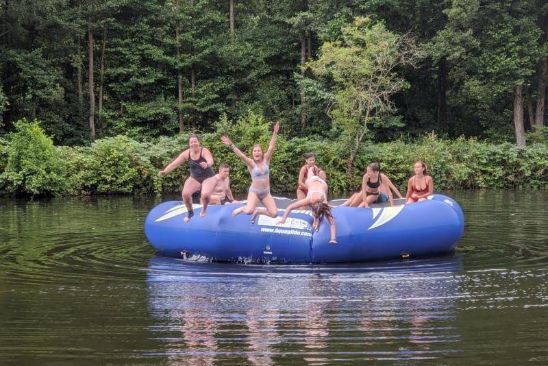 Kinder springen in See
