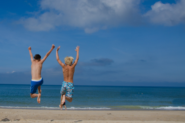 Zwei Jungs am Strand