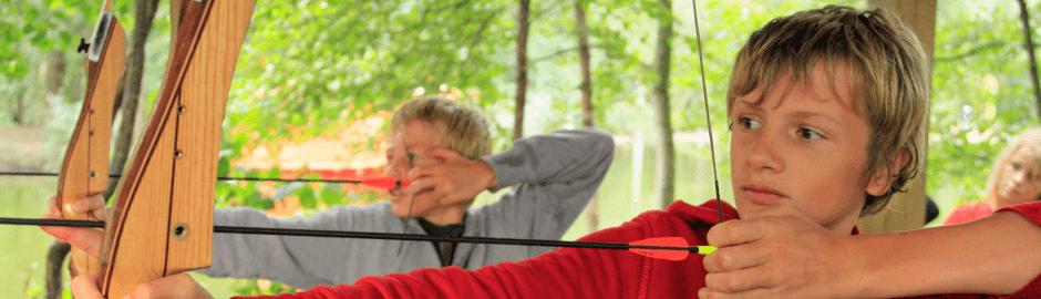 Kinder beim Bogenschießen