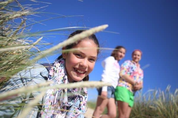 Mädchen glücklich am Strand
