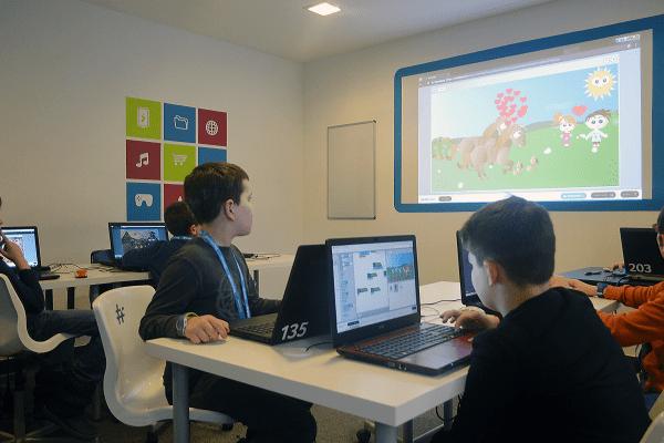 Kinder programmieren im Roblox Spieldesign Camp