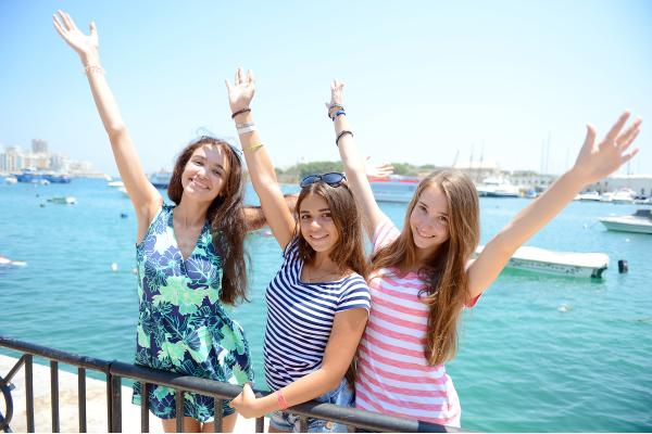 Kinder vor Meer auf Malta