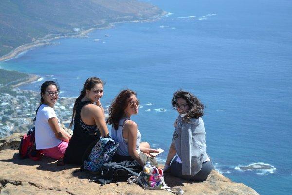 Mädchen sitzen am Strand in Kapstadt
