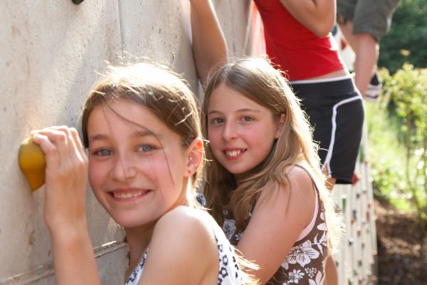 Mädchen an Kletterwand