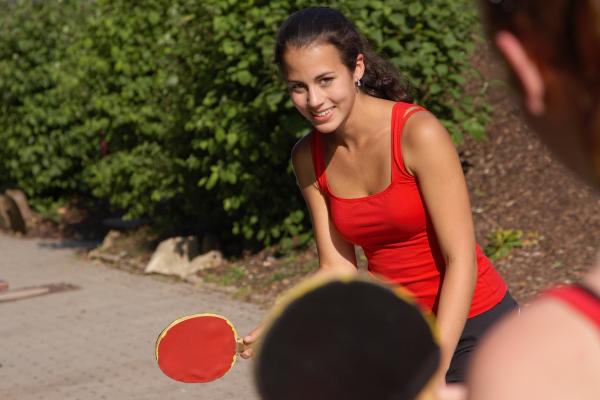 Mädchen beim Tischtennisspielen