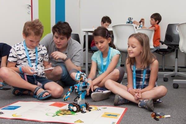 Kinder lernen mit Roboter künstliche Intelligent kennen