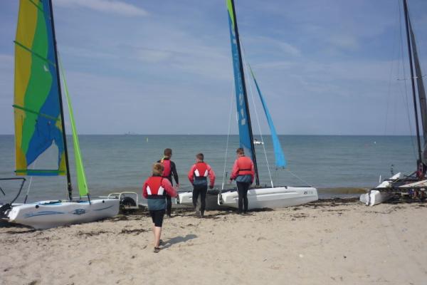 vier Jungs beim Segeln