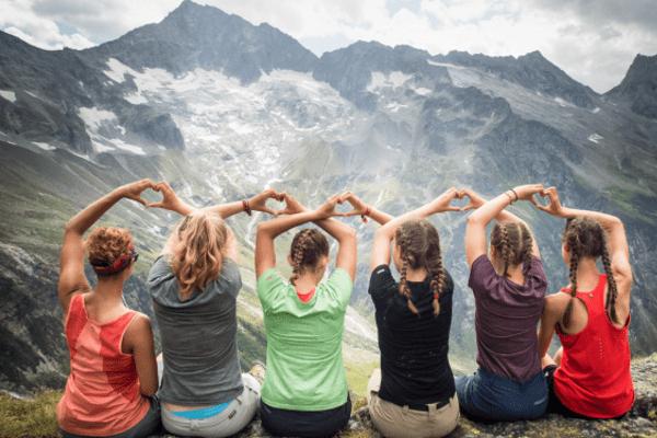 Mädchengruppenbild mit Herzen