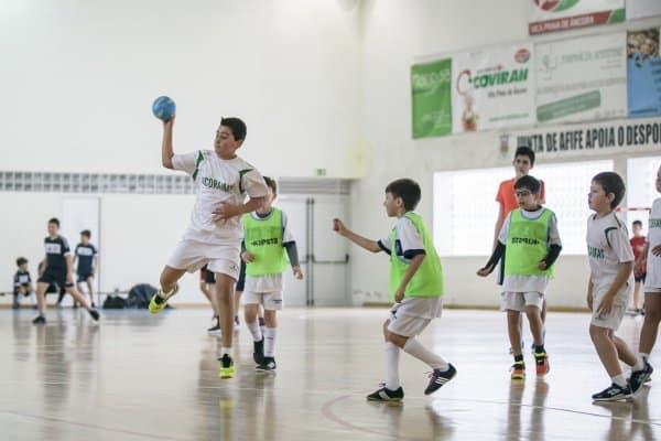 Jungs spielen Handball