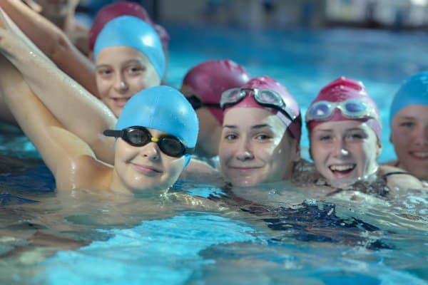 Kinder Gruppe in Schwimmbad mit Schwimmbrillen auf