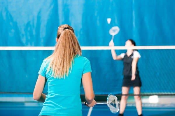 Zwei Mädchen spielen Badminton