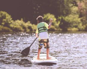 Junge bei SUP im Feriencamp