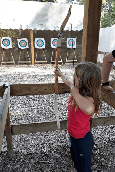 Volle Konzentration beim Bogenschießen in den Adventure Camps
