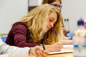 Mädchen konzentriert sich beim lernen