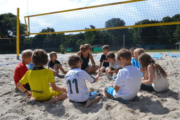 Teambesprechung im Beachvolleyball Camp
