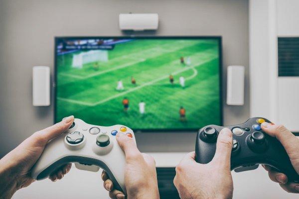 Zwei Menschen spielen E-Sport