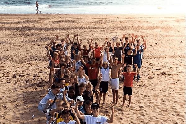 Gruppenbild am Strand im Fußballcamp