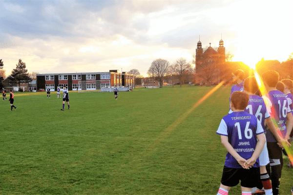Sonnenuntergang beim Fußball in Manchester Camp