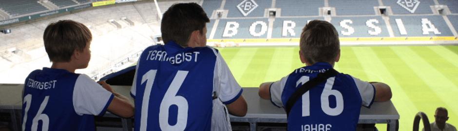 Jungen im Stadion