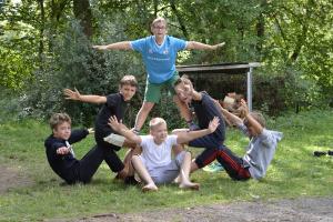 Kinder beuen eine Pyramide im Camp