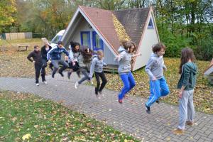 Kinder springen Seil