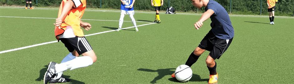 Jungs beim Fussballspielen