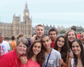Jugendliche an der Themse