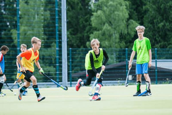 Jungs spielen Hockey