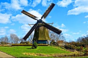 Eine typische Windmühle, die man in Holland überall begegnen kann
