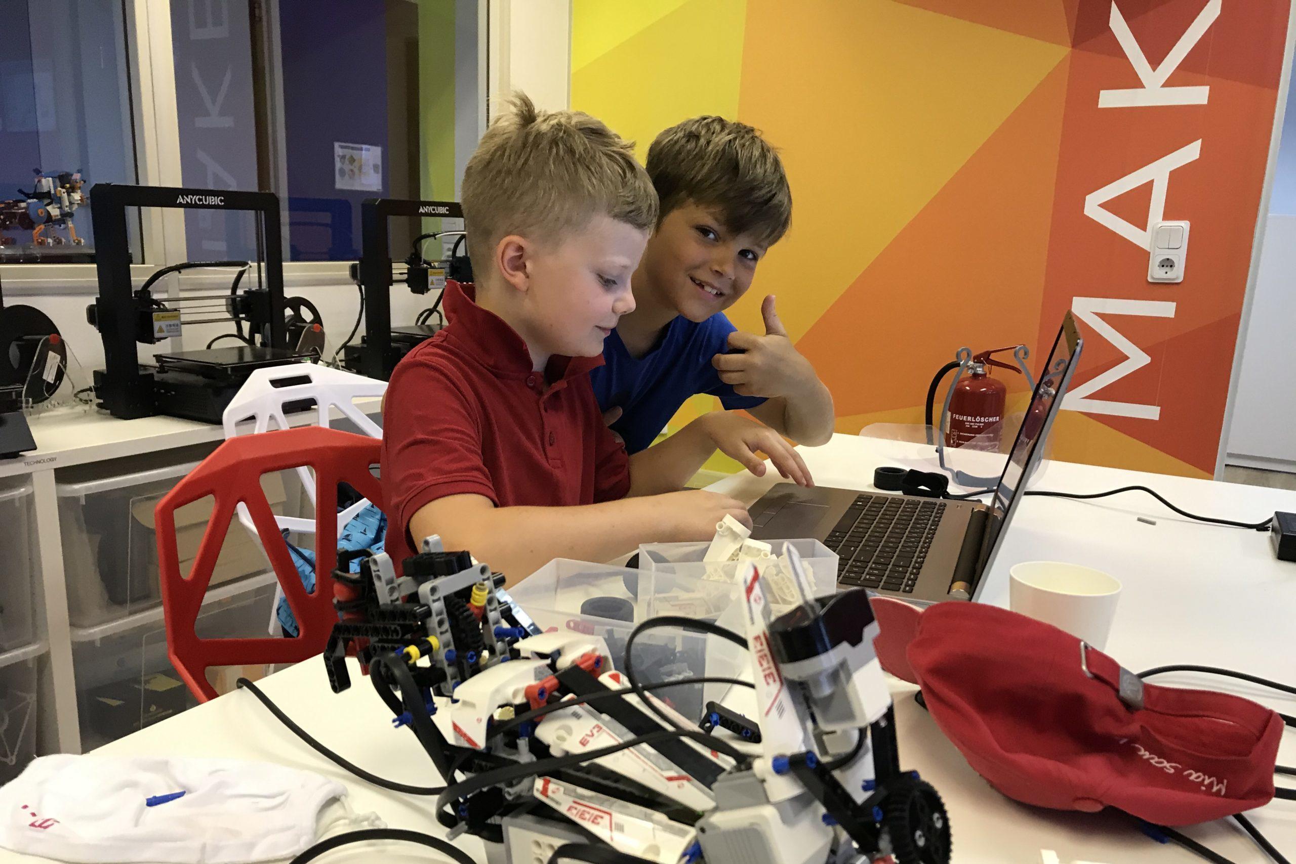 Zwei Jungs am Computer