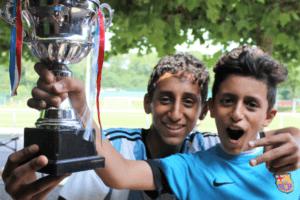 Jungen mit einem Pokal
