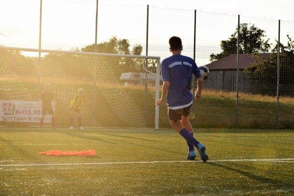 Torschuss im Junior Fußball Camp