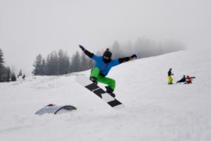 Springender Snowboarder