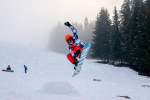 Snowboarder beim Sprung