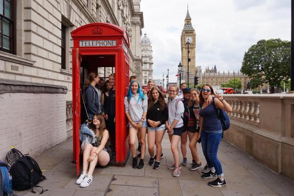 Gruppenfoto an roter Telefonzelle