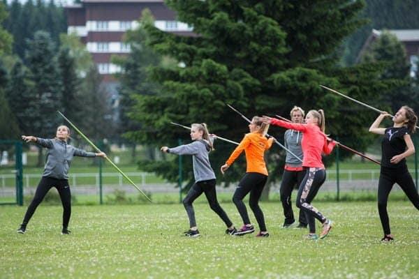 Mädchen beim Speerwerfen