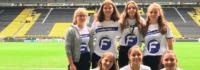Mädchen im Fußballstadion