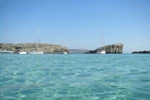 Türkisblaues Wasser zeichnet die Strände in Malta aus