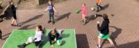 Kinder spielen Tischtennis