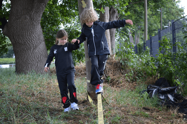 Kinder beim Slacklinen im New Sports Camp