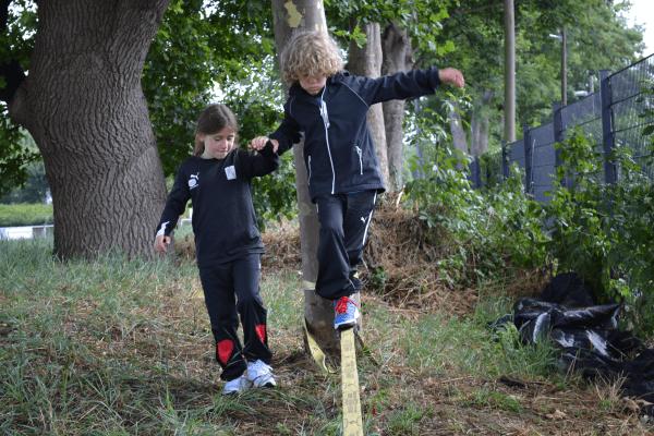 Kinder beim Slacklinen im New Sports Camp