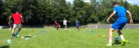 Jungen auf dem Fussballfeld